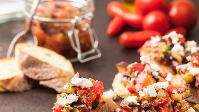 Baguette belegt mit Tomaten und Feta